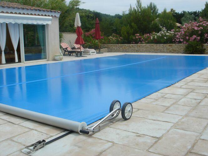 """Une bâche de piscine, par Piscine Center<span class=""""normal italic petit"""">© Piscine Center</span>"""
