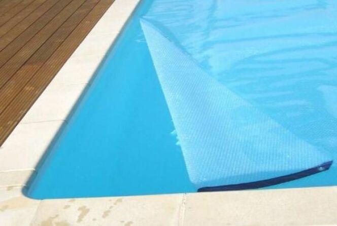 """Une bâche de protection pour votre piscine permettra à l'eau de rester saine et transparente.<span class=""""normal italic petit"""">DR</span>"""