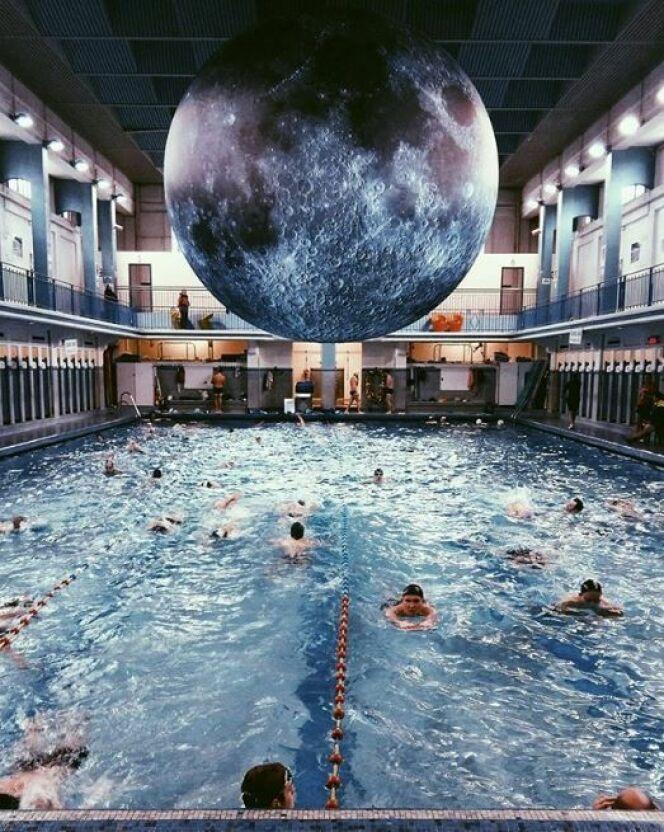 Une baignade au clair de lune à Paris : Museum Of The Moon