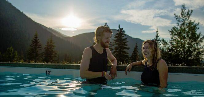 Une baignade avec vue sur les montagnes canadiennes
