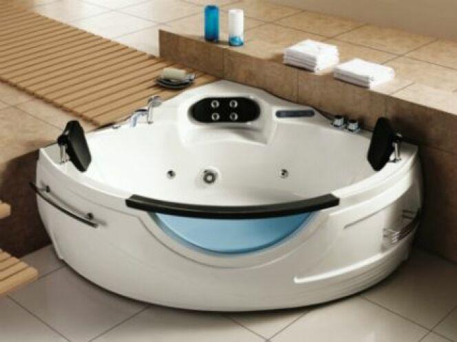 """Une baignoire balnéo d'angle 2 places est idéale pour les petites et moyennes salles de bain<span class=""""normal italic petit"""">© Vente-unique.com</span>"""
