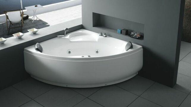Une baignoire balnéo d'angle est à la fois design et parfaitement adaptée aux petits espaces.