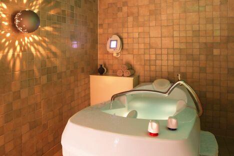 """Une baignoire de balnéothérapie à la thalasso """"Thalassa"""" de Porticcio<span class=""""normal italic petit"""">DR</span>"""