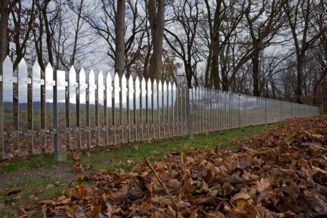 Une barrière composée de miroirs