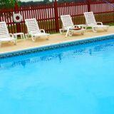 Une barrière de piscine en PVC