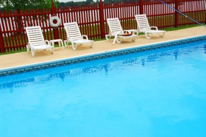 une barri re de piscine en pvc. Black Bedroom Furniture Sets. Home Design Ideas