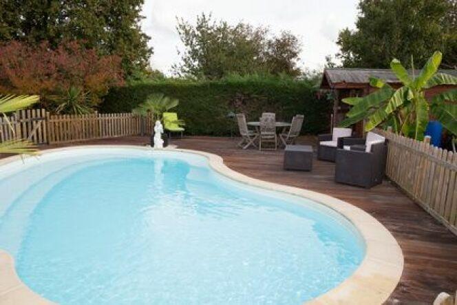 Une barrière en bois pour votre piscine