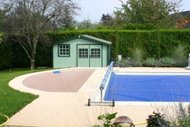Une bâche solaire permet de réchauffer sa piscine de façon économique.