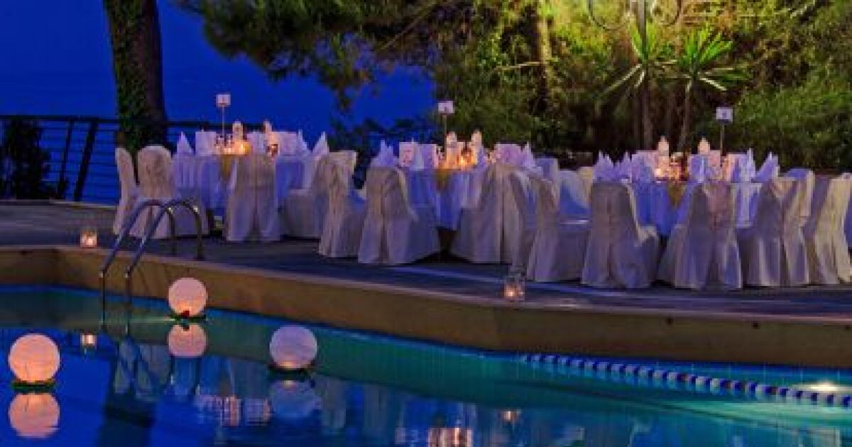 les boule lumineuse pour piscine un clairage design sur l 39 eau. Black Bedroom Furniture Sets. Home Design Ideas