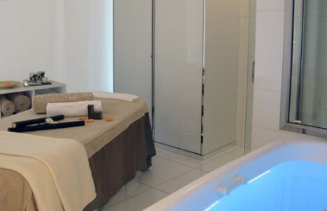 "Une cabine de soins au Keiraõ Spa à Paris<span class=""normal italic petit"">© Keiraõ Spa</span>"