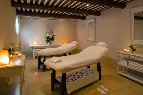 """Une cabine de soins double au spa de l'Auberge de Cassagne - Le Pontet (Avignon)<span class=""""normal italic petit"""">DR</span>"""