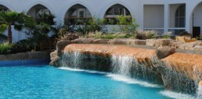 """Une cascade dans votre piscine <span class=""""normal italic petit"""">© Fotolia</span>"""