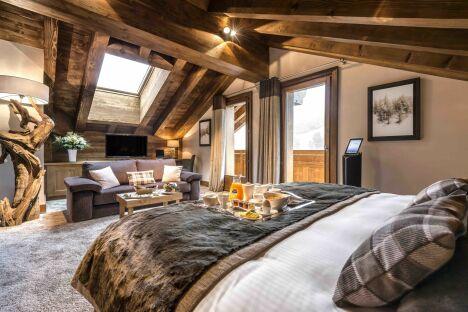 """Une chambre à l'Hôtel Le Kaïla - Spa Nuxe de Méribel<span class=""""normal italic petit"""">© Tristan Shu</span>"""