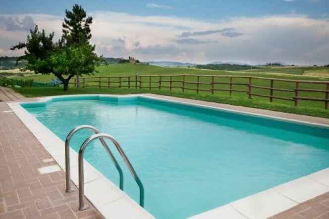 Une clôture de piscine en bois