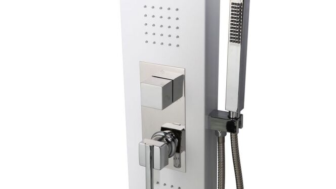 """La colonne de douche hydromassante est un moyen économique de profiter d'un bon massage par l'eau à domicile.<span class=""""normal italic petit"""">© Miliboo</span>"""