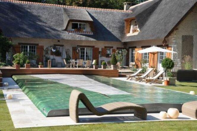 couverture de piscine motoris e couvrir sa piscine en. Black Bedroom Furniture Sets. Home Design Ideas