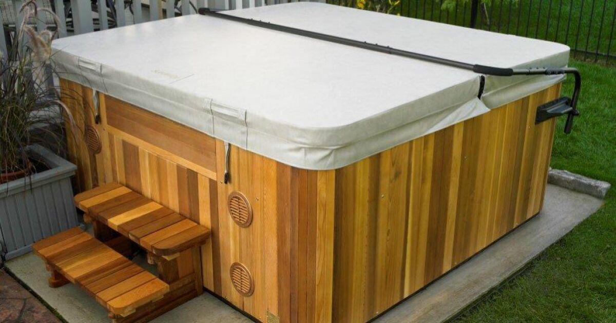 Une couverture pour jacuzzi prot ger et maintenir la temp rature de l 39 eau - Couverture spa exterieur ...