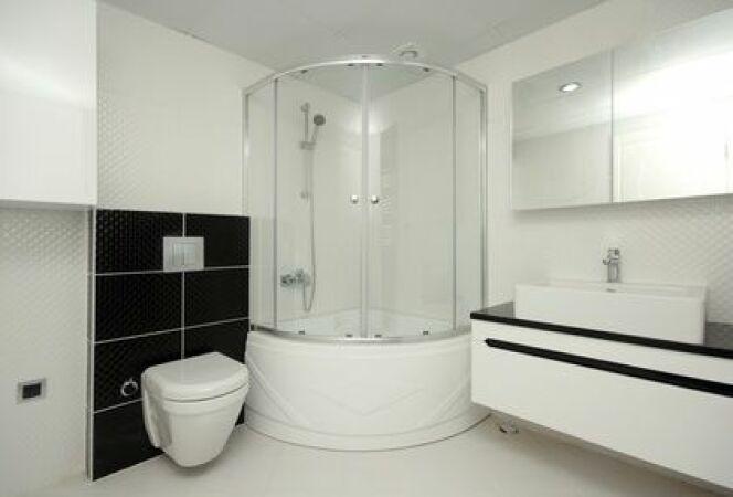 """Une douche hammam est une bonne solution pour profiter des bienfaits du bain de vapeur dans les petits espaces.<span class=""""normal italic petit"""">© Arsel - Fotolia.com</span>"""