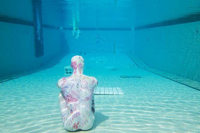 "Une exposition d'art...dans une piscine !<span class=""normal italic petit"">© ian byers-gamber / machine project.</span>"