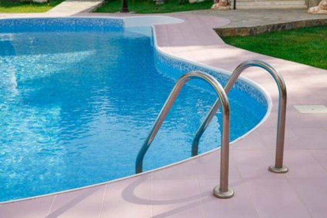 Une fuite sur la bonde de fond de votre piscine.