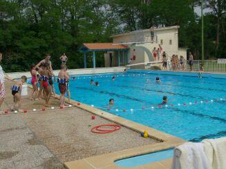 Une leçon de natation pour enfants à la piscine de Pouillon