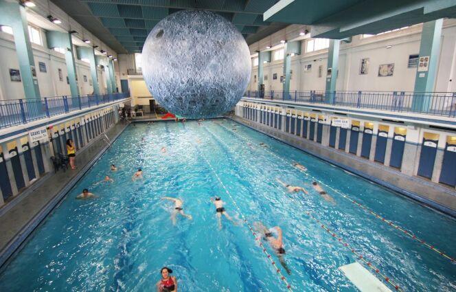 Une lune géante installée à la piscine Saint-Georges de Rennes.