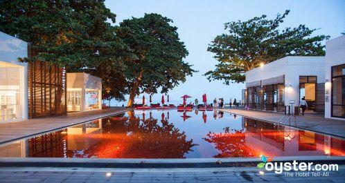 Une magnifique piscine rouge en Thaïlande
