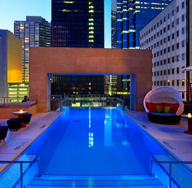 """Une magnifique vue de Dallas depuis la piscine suspendue du Joule Hotel<span class=""""normal italic petit"""">© Joule Hotel, Dallas</span>"""