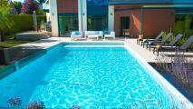 Une maison d'architecture avec piscine à paroi vitrée : une prouesse technique signée Aquilus