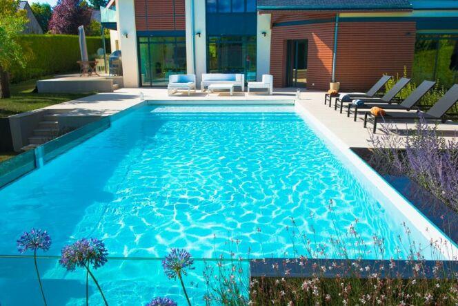 """Une maison d'architecture avec piscine à paroi vitrée : une prouesse technique signée Aquilus <span class=""""normal italic petit"""">DR</span>"""
