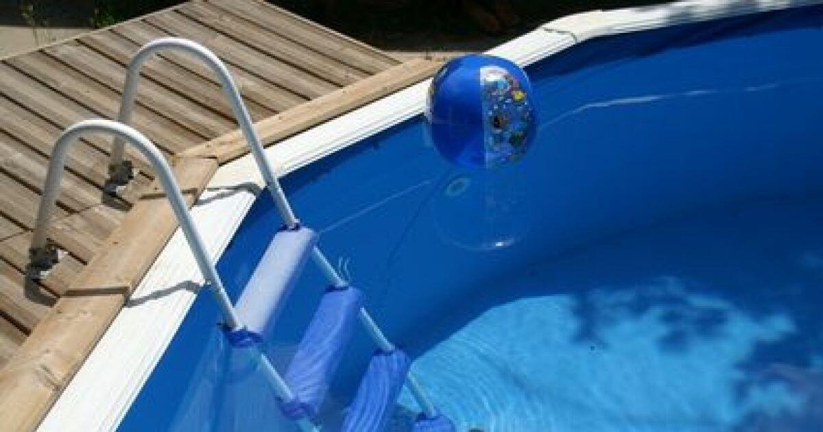 Une petite piscine bois pour un petit jardin for Petite piscine bois