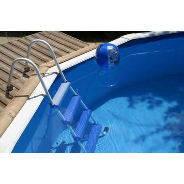 Une petite piscine bois pour un petit jardin for Piscine petit espace