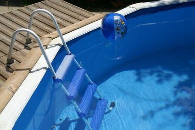 La petite piscine en bois s'installe dans les plus petits espaces.