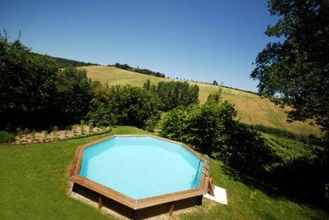 Une petite piscine hors-sol en bois