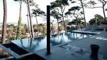 Une piscine à débordement et un spa sur le toit