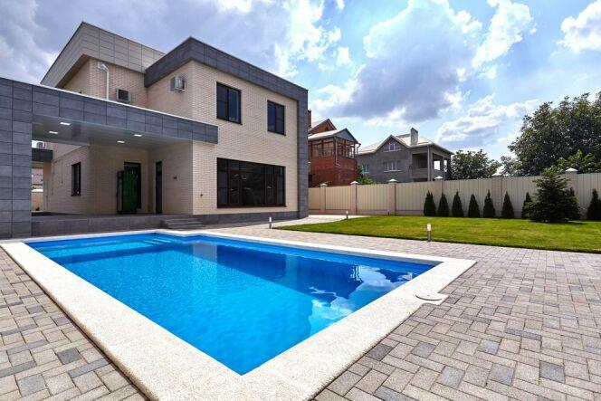 Une piscine à fond incliné dans votre jardin