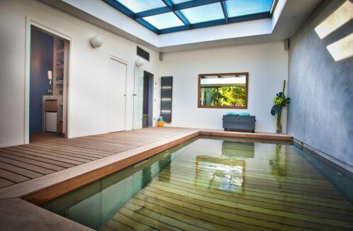 Une piscine à fond mobile pour la sécurité des plus petits.