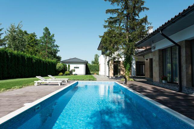 Une piscine à fond plat : un fond de piscine classique