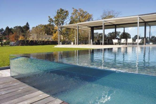 Une piscine à parois transparentes, par Carré Bleu