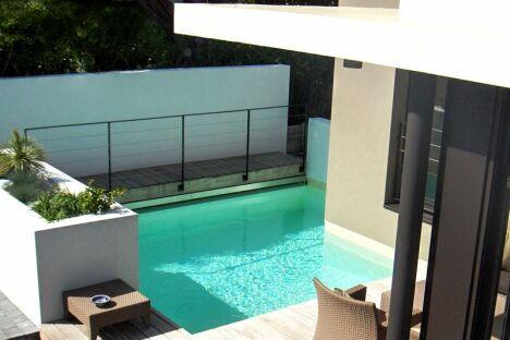 """Une piscine peut être chère ou moins chère, tout dépendra de son type et de sa taille.<span class=""""normal italic"""">© L'Esprit Piscine</span>"""