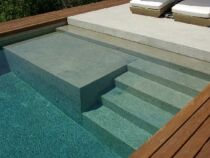 Une piscine avec banquette immergée