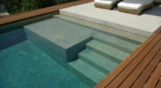 """Une piscine avec banquette immergée<span class=""""normal italic petit"""">© Carré Bleu</span>"""