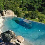 Une piscine avec faux rochers décoratifs