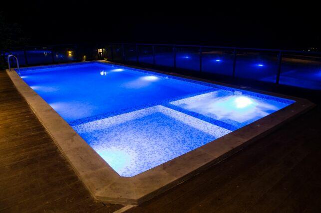 Une piscine avec jacuzzi intégré