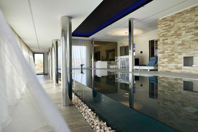 Une piscine avec parois en verre