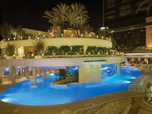 Une piscine avec un aquarium au milieu