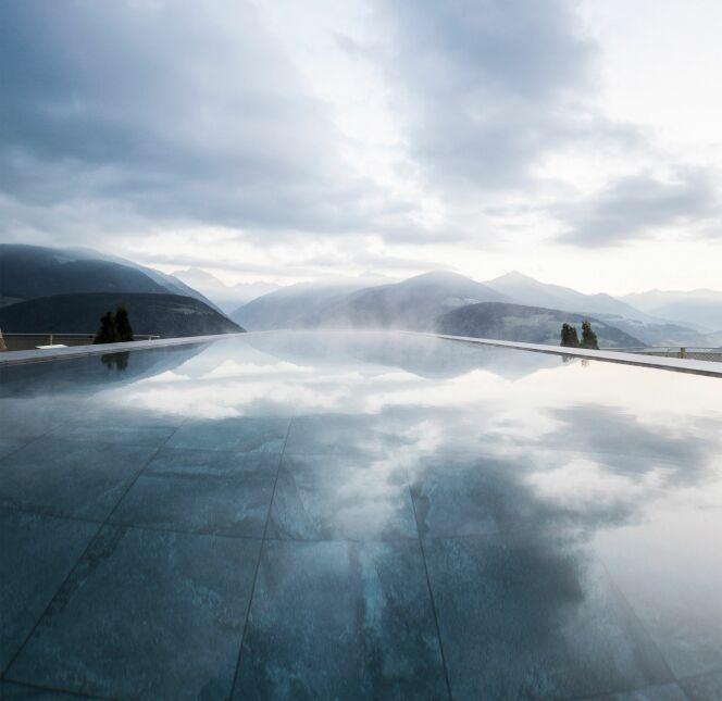 """Une piscine avec un sol en verre et une vue à couper le souffle !<span class=""""normal italic petit"""">© Deezen.com - NOA</span>"""