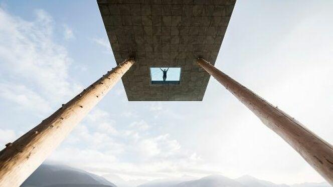 Une piscine avec un sol en verre et une vue à couper le souffle !