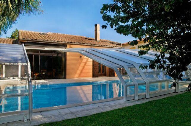 Un abri représente un investissement mais il permet de rendre votre piscine extérieure plus confortable.