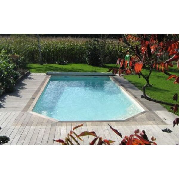 Une piscine coque polyester discount for Piscine polyester prix